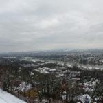 Blick aufs verschneite Dresden von Schwebebahn aus